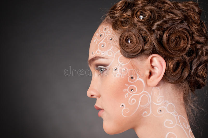 Fermez-vous vers le haut de la verticale de la belle fille avec l'art de visage image libre de droits