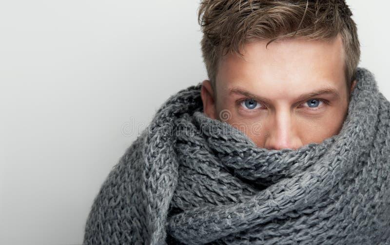 Fermez-vous vers le haut de la verticale du visage de revêtement d'écharpe image libre de droits