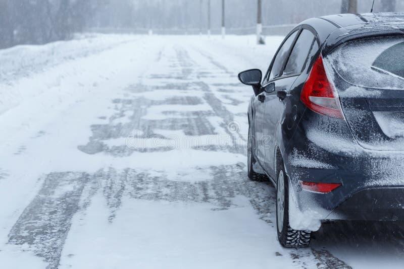 Fermez-vous vers le haut de la voiture décomposée sur le côté de la route en hiver photo libre de droits