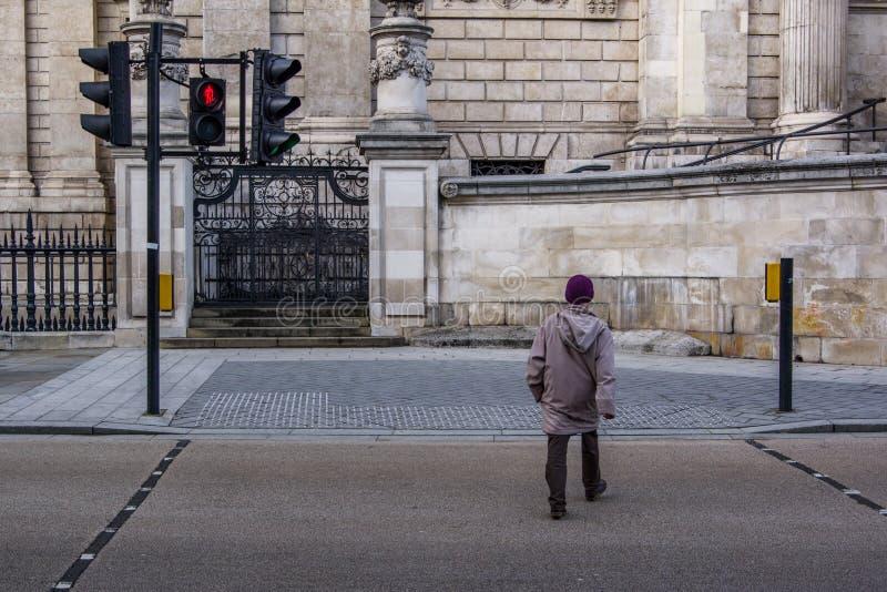 Fermez-vous vers le haut de la vue arrière de la rue de croisement de l'homme Lumière rouge sur la sémaphore, danger image libre de droits
