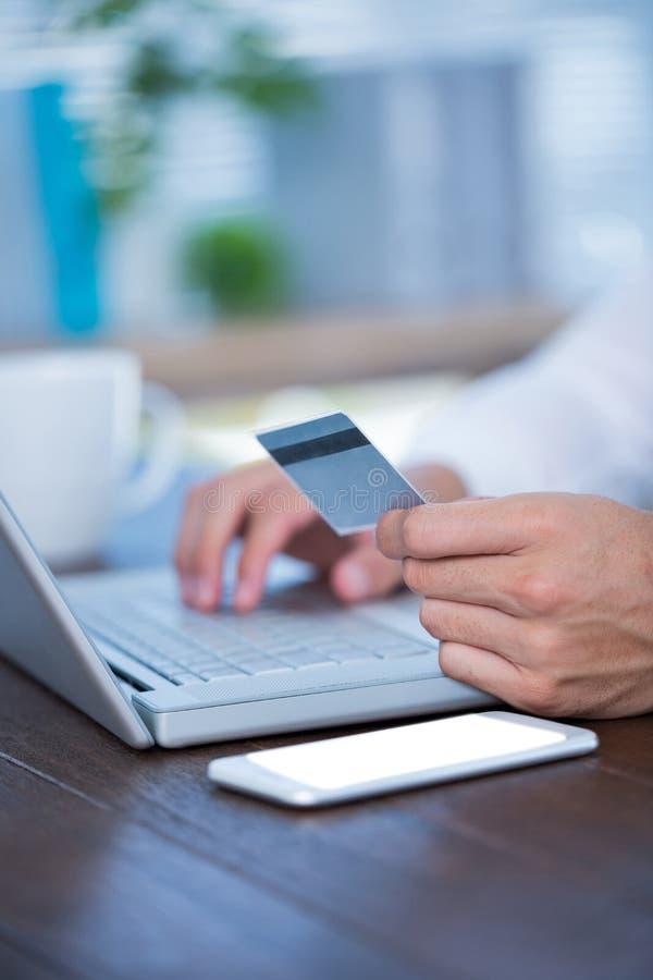 Download Fermez-vous Vers Le Haut De La Vue D'un Homme D'affaires Utilisant Une Carte De Crédit Photo stock - Image du achat, dépense: 56483836