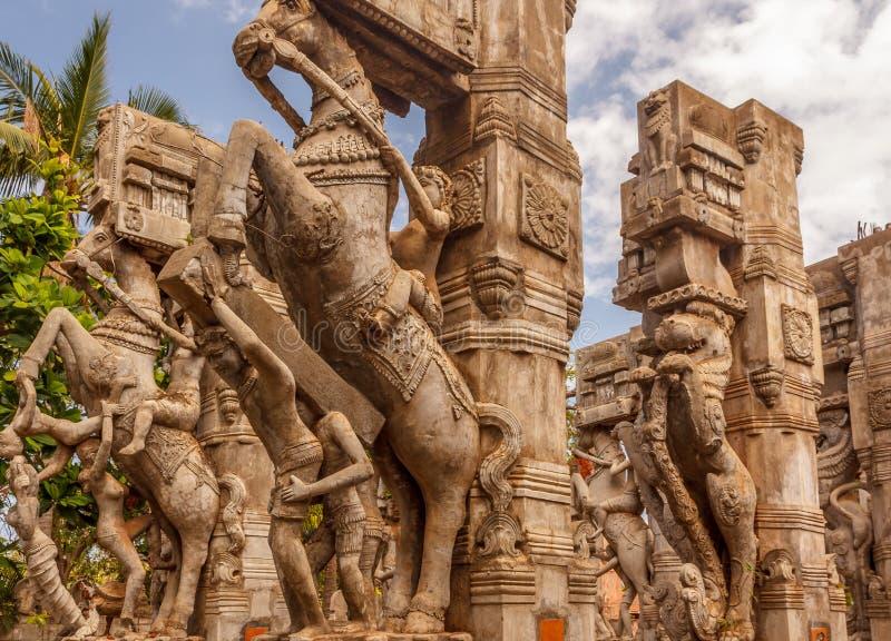 Fermez-vous vers le haut de la vue d'un homme montant une sculpture en cheval, caisse enregistreuse électronique, Chennai, Tamiln photos stock