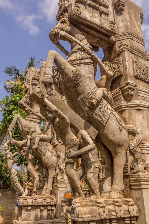 Fermez-vous vers le haut de la vue d'un homme montant une sculpture en cheval, caisse enregistreuse électronique, Chennai, Tamiln photographie stock libre de droits