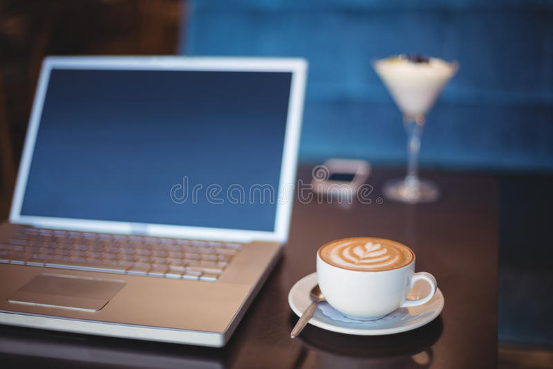 Download Fermez-vous Vers Le Haut De La Vue D'une Table Photo stock - Image du désert, laptop: 56486586
