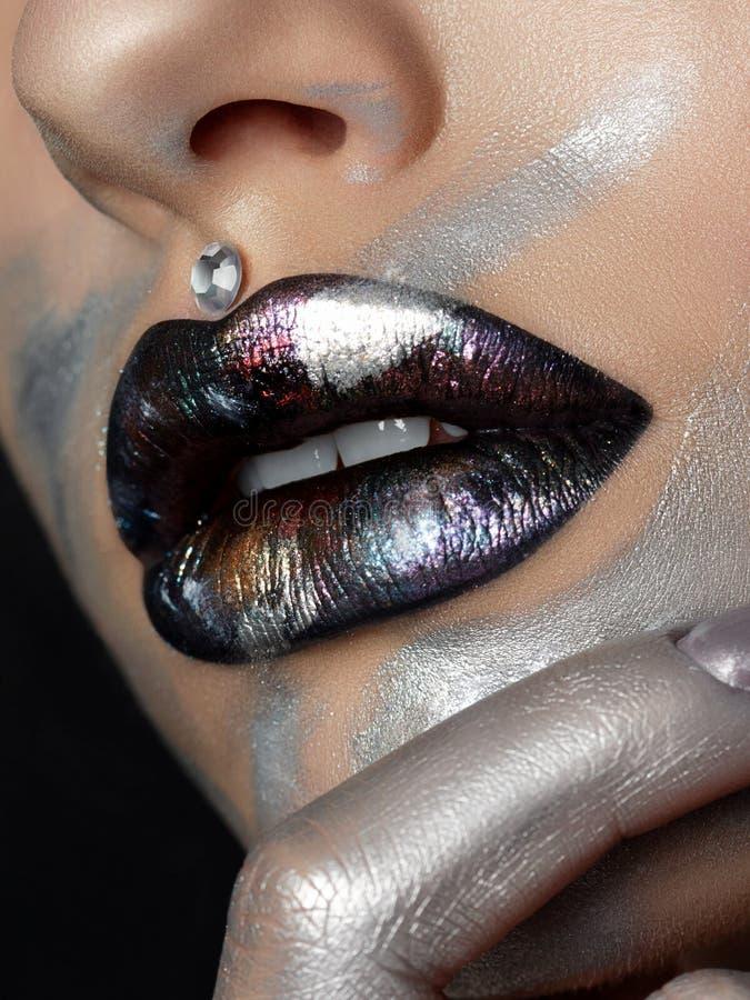 Fermez-vous vers le haut de la vue de belles lèvres de femme avec le maquillage de mode photographie stock