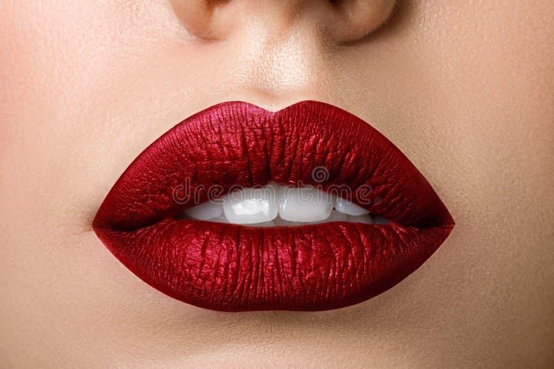 Fermez-vous vers le haut de la vue de belles lèvres de femme avec le rouge à lèvres mat rouge photos libres de droits