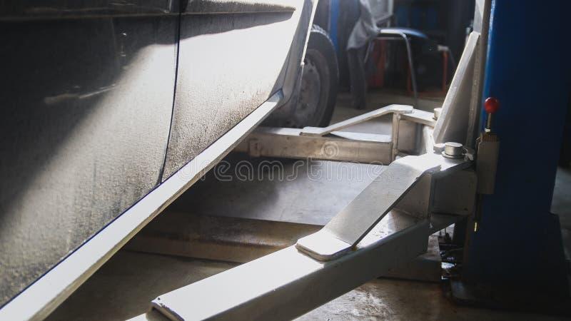 Download Fermez-vous Vers Le Haut De La Vue De La Station Service De Voiture - Position Automatique Dans Le Garage, Midi Ensoleillé Photo stock - Image du dommages, garage: 87706310