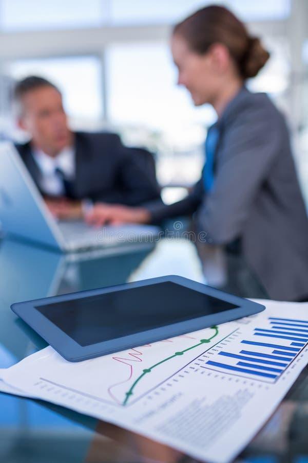Download Fermez-vous Vers Le Haut De La Vue De La Tablette Avec Le Document Photo stock - Image du people, affaires: 56481630