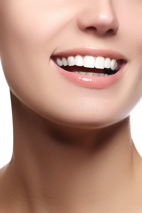 Fermez-vous vers le haut de la vue de portrait de beauté d'un sourire naturel de jeune femme photo libre de droits