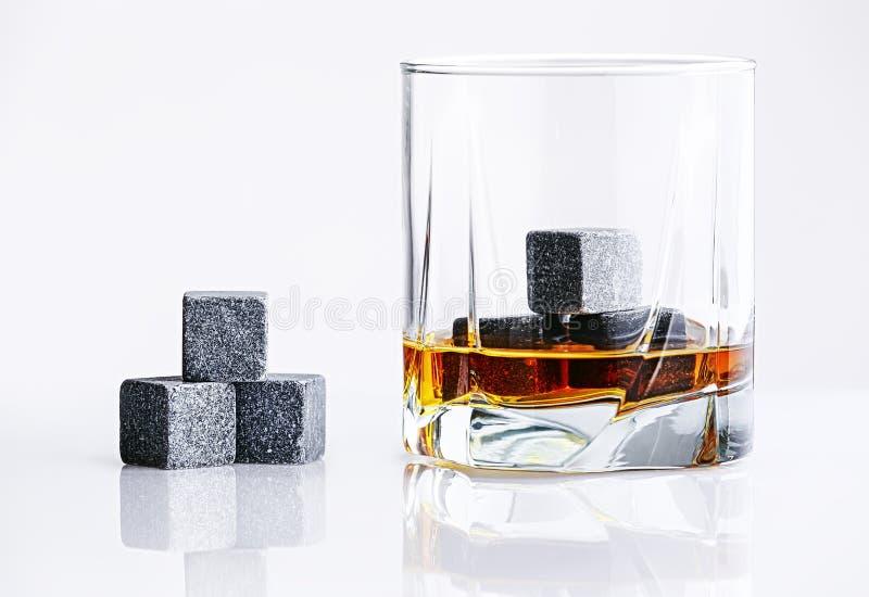 Fermez-vous vers le haut de la vue des pierres de whiskey dans le verre images libres de droits