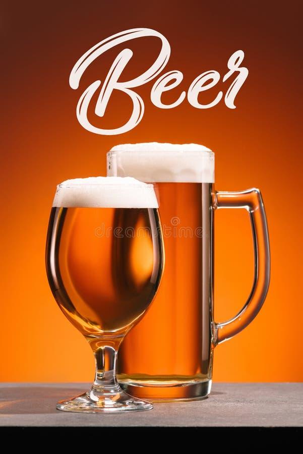 fermez-vous vers le haut de la vue de la disposition des verres de bière Ð'et de lettrage de bière images stock