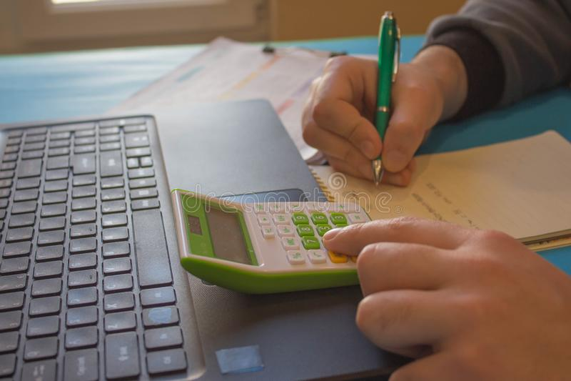Fermez-vous vers le haut de la vue du comptable ou des mains financi?res d'inspecteur r?digeant le rapport, calculant ou v?rifian photographie stock libre de droits
