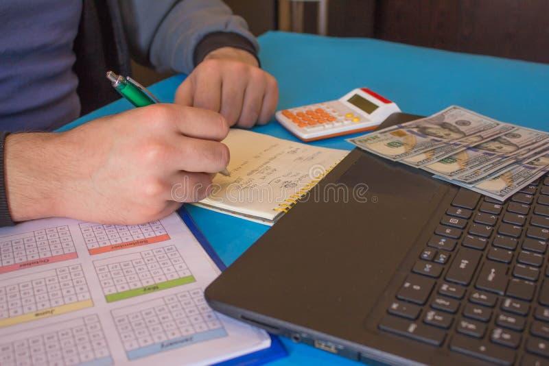 Fermez-vous vers le haut de la vue du comptable ou des mains financi?res d'inspecteur r?digeant le rapport, calculant ou v?rifian images libres de droits