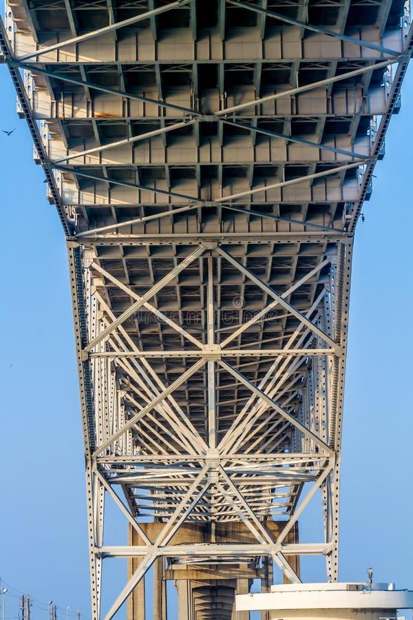 Fermez-vous vers le haut de la vue du dessous des travaux d'acier et de fer d'un pont côtier photos stock