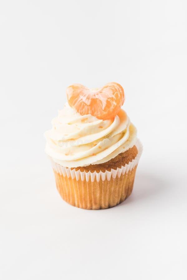 Fermez-vous vers le haut de la vue du petit gâteau doux avec des baies, des fruits et la mandarine tout près photo stock