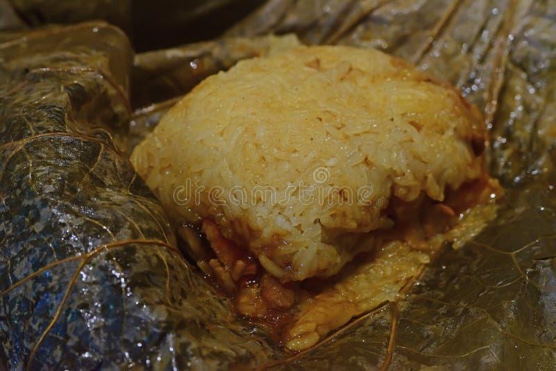 Fermez-vous vers le haut de la vue du riz visqueux enveloppée dans la feuille de lotus photo stock