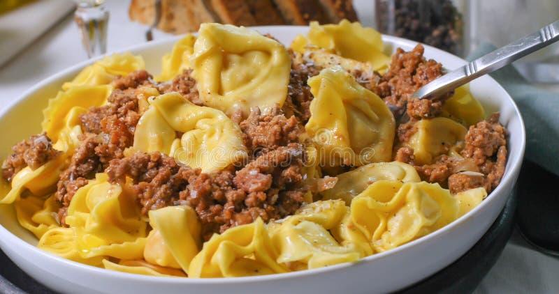 Fermez-vous vers le haut de la vue du tortellini délicieux en sauce bolonaise image libre de droits
