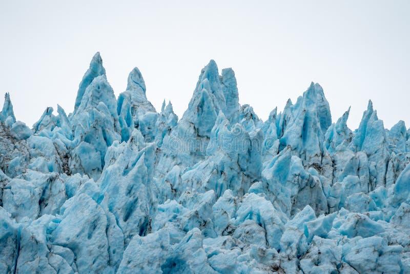 Fermez-vous vers le haut de la vue de la glace bleue déchiquetée du glacier de Holgate en parc national de fjords du ` s Kenai de photos libres de droits