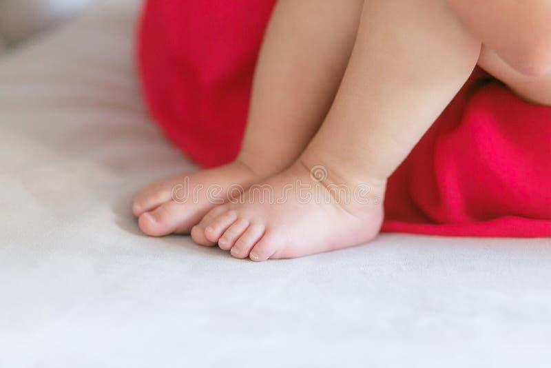 Fermez-vous vers le haut de la vue de la jambe du ` s de bébé image stock