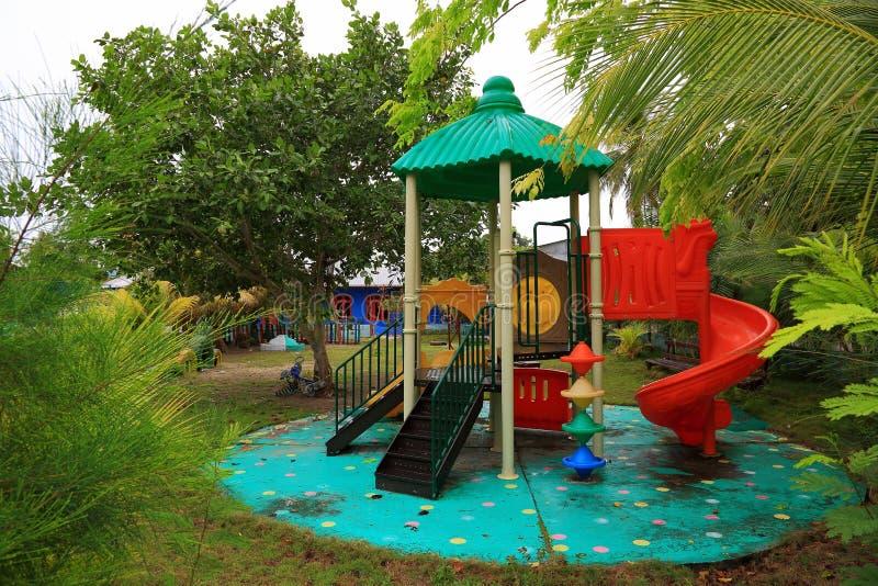 Fermez-vous vers le haut de la vue de l'endroit extérieur d'activité de terrain de jeu d'enfants sur l'île Maldive locale Danghet photographie stock libre de droits
