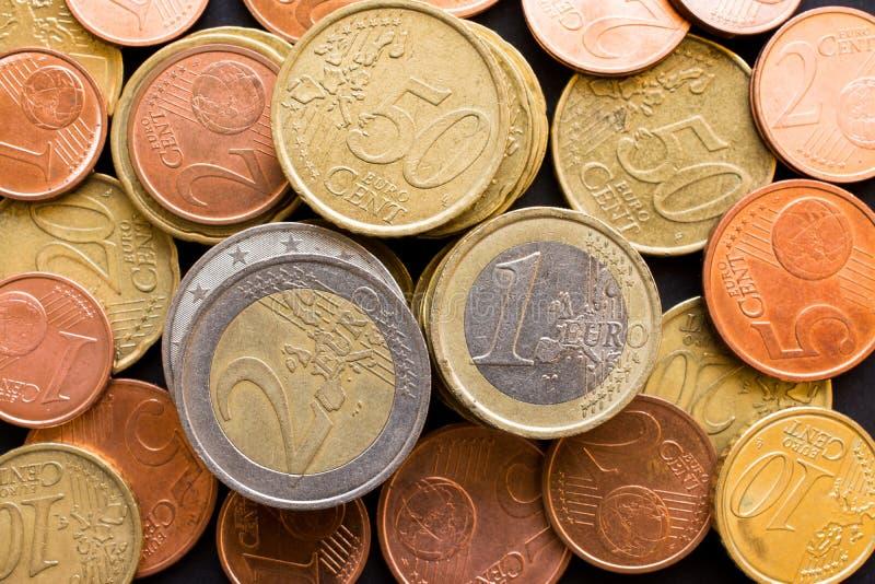 Fermez-vous vers le haut de la vue supérieure d'un grand nombre d'euro pièces de monnaie d'argent, fond d'affaires photographie stock libre de droits