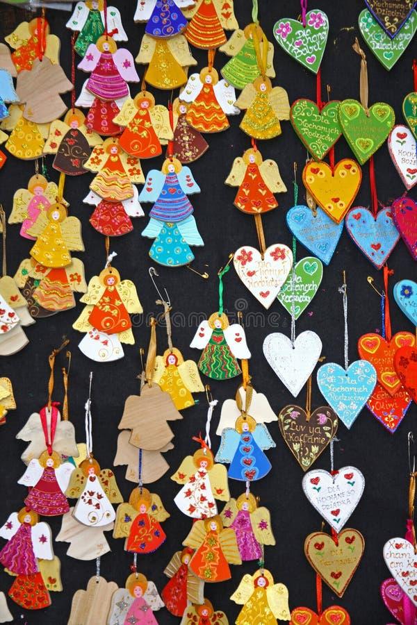 Fermez-vous vers le haut de petits anges faits main de Noël sur une stalle du marché photo libre de droits