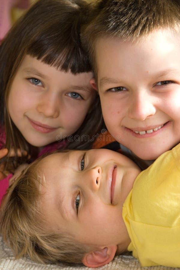 Fermez-vous vers le haut de trois gosses heureux photographie stock