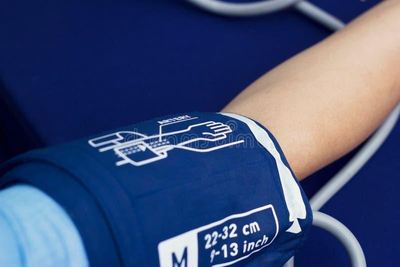 Fermez-vous vers le haut de vérifier la tension artérielle de sang artériel patiente de femme, santé photo libre de droits