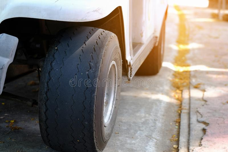 Fermez-vous vers le haut de vieilles roues de voiture endommagées et de bande de roulement noire portée de pneu chang image libre de droits