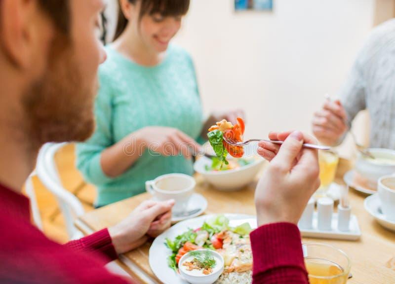 Fermez-vous vers le haut des amis dînant au restaurant images libres de droits