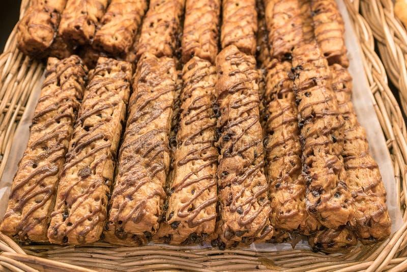 Fermez-vous vers le haut des batons de tarte ou de pain de chocolat dans le panier en osier photos libres de droits