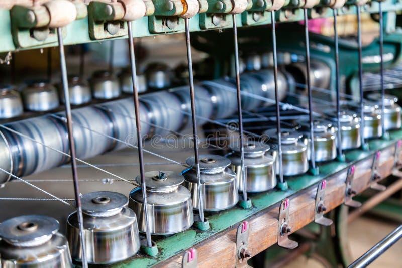 Fermez-vous vers le haut des bobines de fil d'industrie textile sur la machine à filer dans un F image libre de droits