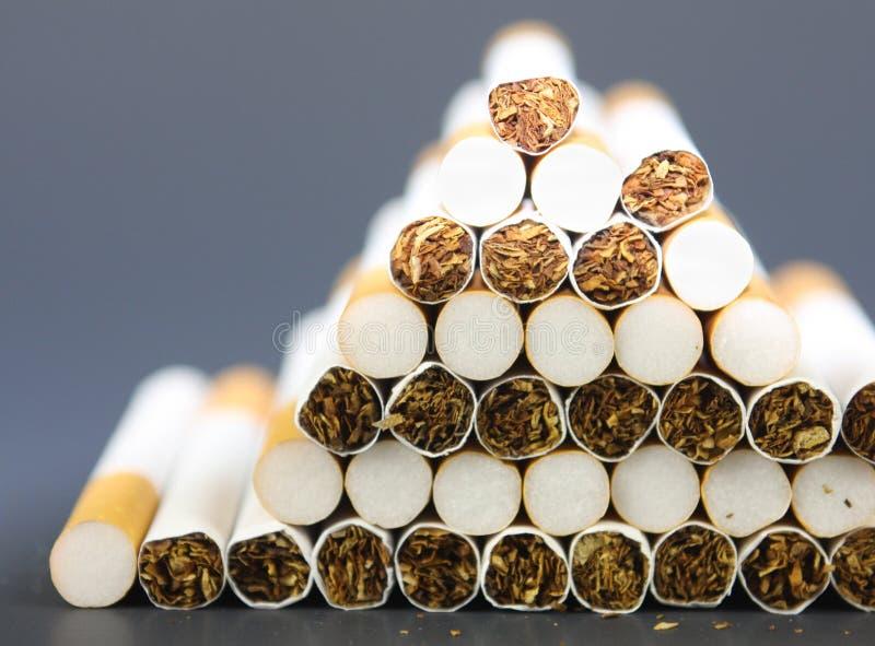Fermez-vous vers le haut des cigarettes photos libres de droits