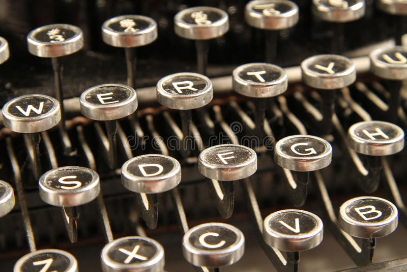 Fermez-vous vers le haut des clés de machine à écrire de cru image stock