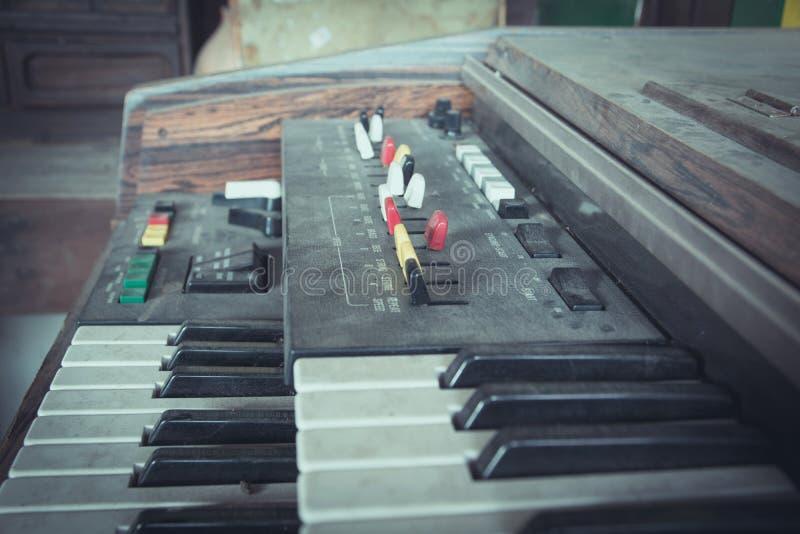 Fermez-vous vers le haut des clés du vieux clavier de synthétiseur photo libre de droits