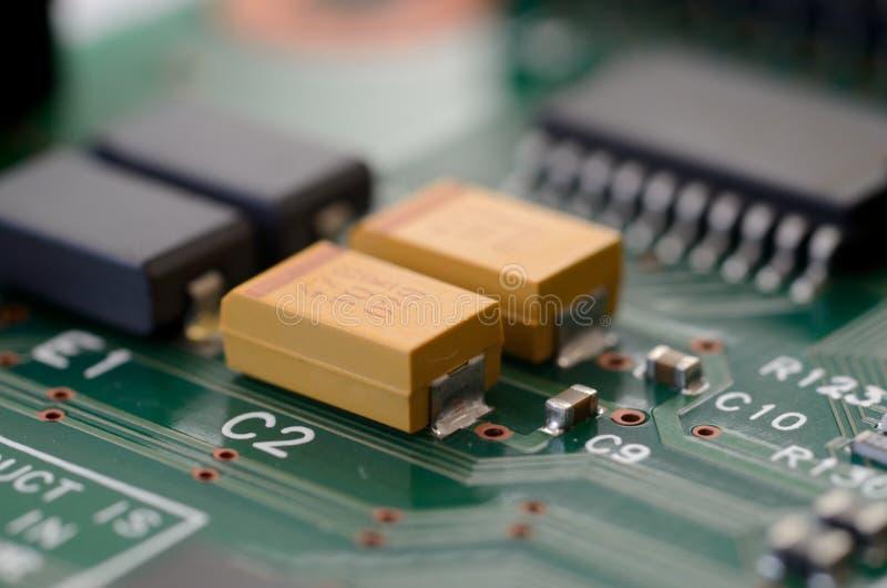 Fermez-vous vers le haut des condensateurs à tantale sur la carte PCB image stock