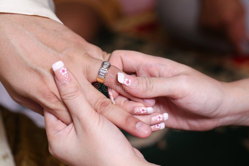 Download Fermez-vous Vers Le Haut Des Couples Mettant L'anneau Pour L'engagement Image stock - Image du people, fiançailles: 45364767