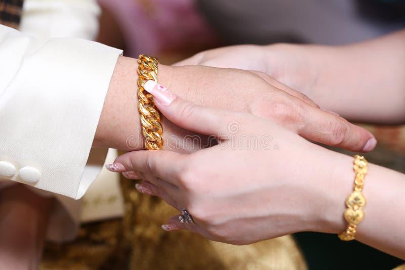 Download Fermez-vous Vers Le Haut Des Couples Mettant La Chaîne D'or Pour L'engagement Photo stock - Image du mariage, asiatique: 45364786