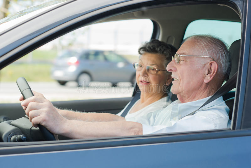 Fermez-vous vers le haut des couples supérieurs à l'intérieur de la voiture photos libres de droits