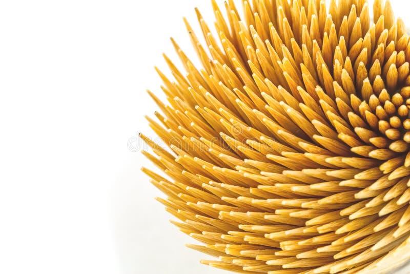 Fermez-vous vers le haut des cure-dents en bambou bruns sur le fond blanc sur la vue supérieure image libre de droits