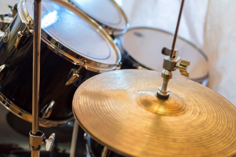 Fermez-vous vers le haut des cymbales avec des tambours à l'arrière-plan photo stock