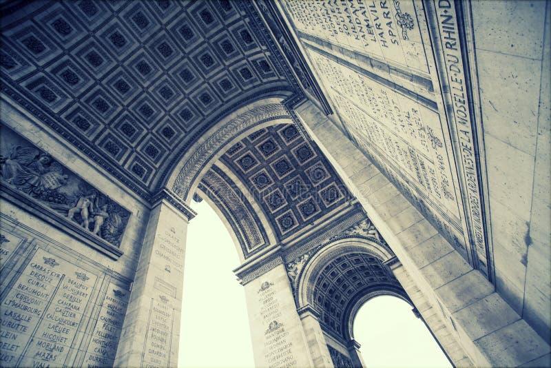 Fermez-vous vers le haut des détails sous Arc de Triomphe à Paris photographie stock libre de droits