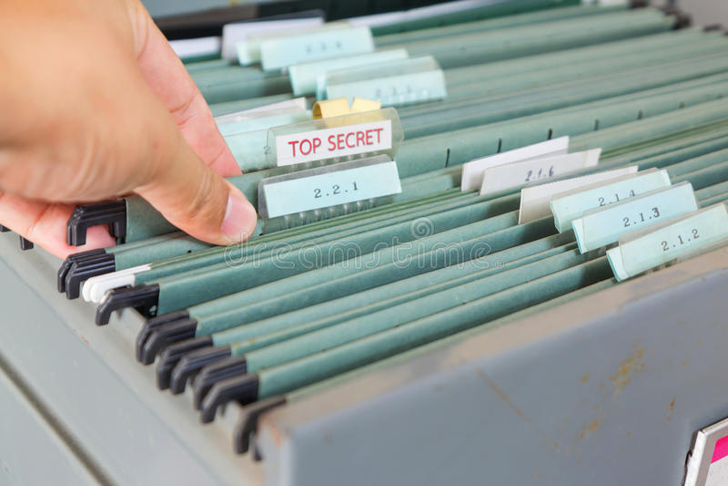 Fermez-vous vers le haut des dossiers dans un meuble d'archivage photo libre de droits