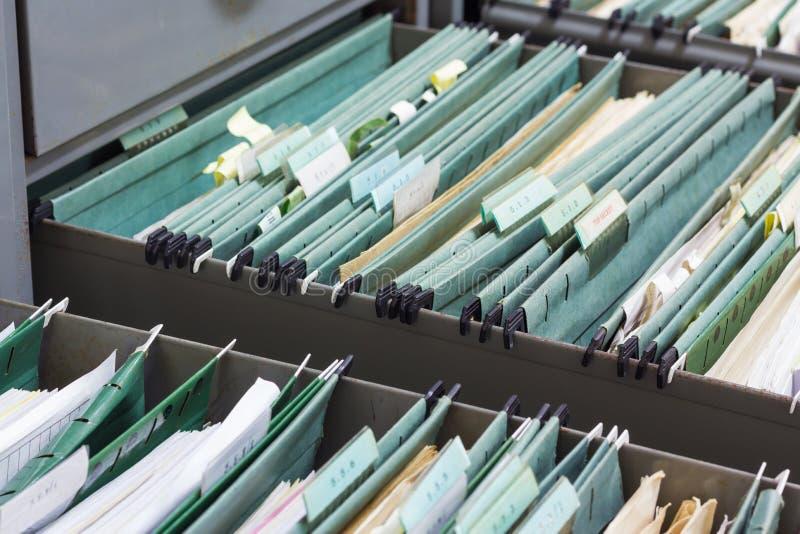 Fermez-vous vers le haut des dossiers dans un meuble d'archivage images libres de droits