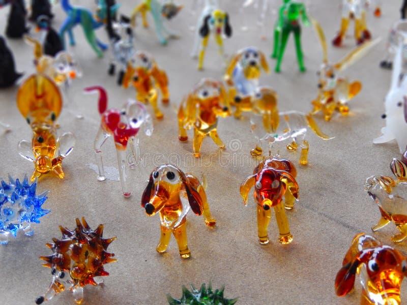 Fermez-vous vers le haut des figurines en verre de souvenir des chiens dans un bazar local photos libres de droits