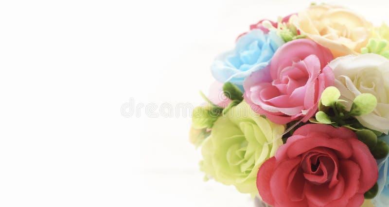 fermez-vous vers le haut des fleurs artificielles de rose image libre de droits