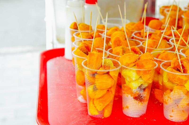 Fermez-vous vers le haut des gasipaes amazoniens délicieux de Bactris de fruit tropical de chontaduro, à l'intérieur de des verre images libres de droits