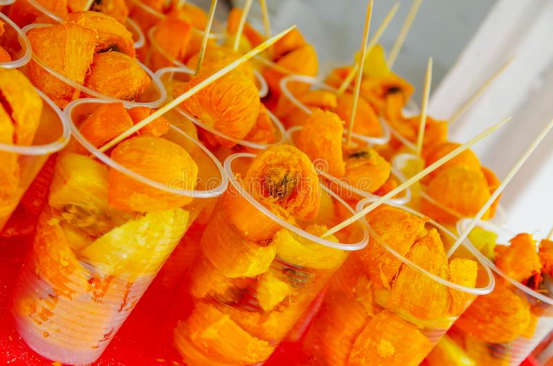 Fermez-vous vers le haut des gasipaes amazoniens délicieux de Bactris de fruit tropical de chontaduro, à l'intérieur de des verre images stock