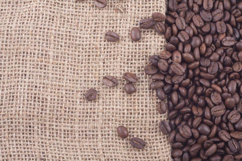 Fermez-vous vers le haut des grains de café sur le jute photo stock