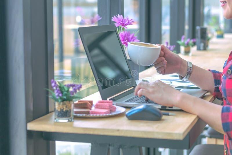 Fermez-vous vers le haut des hommes d'affaires travaillant à un café photographie stock
